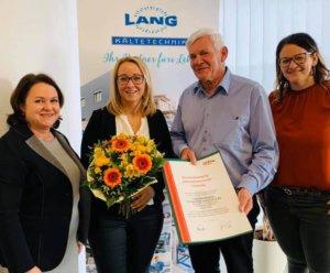 Am Foto v.l.n.r.: Landesinnungsgeschäftsführerin Mag. Barbara Bammer, Evelyn Lang, Anton Lang, Maria Hermann